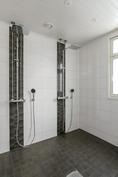 Kylpyhuoneessa kaksi suihkua (isompi talo)