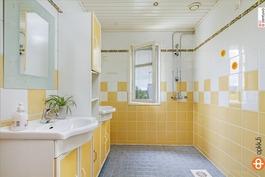 Yläkerran kylpyhuone (isompi talo)