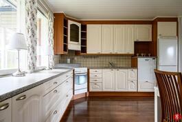 Keittiön kaapistot ja kodinkoneet on uusittu 2010