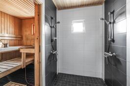 Modernisti remontoidussa tilavassa kylpyhuoneessa on kaksi suihkua.