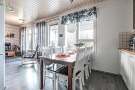 Keittiö ja olohuone ovat mukavasti vierekkäin.