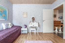 Makuuhuoneet ovat tilavia ja niistä löytyy hyvin säilytystilaa.