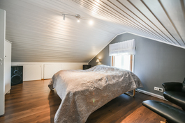 Yläkerran makuuhuone / Sovrum i övrevåningen