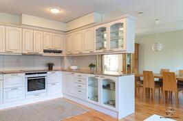 Neliön keittiötä ja ruokailuhuonetta