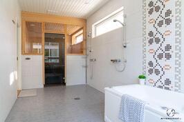 Neliön kylpyhuone ja sauna