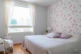 Neliön rappujen puoleinen makuuhuone