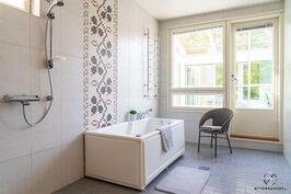 Neliön kylpyhuone