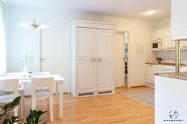 Neliön keittiö ruokailuhuoneesta päin