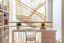 Neliön portaikko ja korkeat ikkunat ensimmäisen kerroksen aulasta