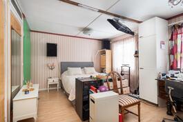 Iso makuuhuone, väliseinä poistettu