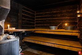 Saunassa puukiuas, joss lämminvesivaippa