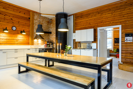 Olohuone/keittiötilan korkeus on 3,4 m