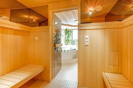 Kylpyhuoneosastolle kuljetaan pukuhuoneen kautta