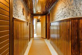 Kellarikerroksen käytävä on täynnä kauniita yksityiskohtia