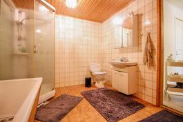 Kylpyhuoneessa myös amme sekä wc-istuin