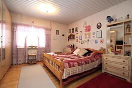 Talon nykyiset asukkaat käyttävät olohuonetta makuuhuoneena