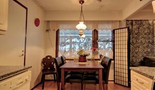 Ruokailutila yhdistää keittiön ja olohuoneen.