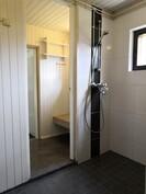 Kylpyhuoneen yhteydessä pieni pukuhuone