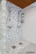 kylpyhuoneessa kaksi suihkua