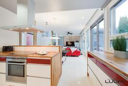 keittiö jatkuu yhtenäisenä tilana ruokailutilaan ja olohuoneeseen