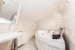 Yläkerran WC-pesuhuone. Poreamme!