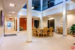 Huoneistojen ulko-ovet avautuvat tähän sisäaulatilaan, turvallista asumista