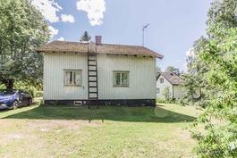 Talo takapihan puolelta