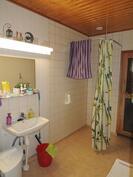 Asunnon puolella on tilava kylpyhuone