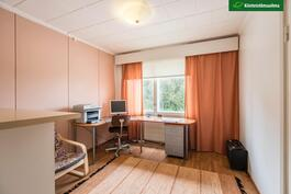 Yläkerran yksi makuuhuone/työhuone