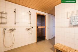 Pesutilojen vieressä on sauna ja pukuhuone