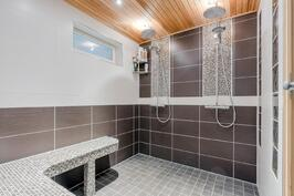 Kylpyhuoneessa parisuihkut