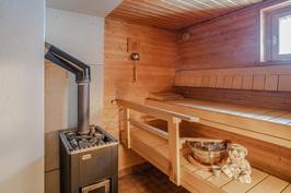 Tilava sauna, jossa 2 kpl kiukaita