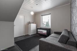 Alakerran työ-/makuuhuone, josta oma sisäänkäynti myös ulkoa