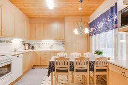 Iso toimivapohjainen keittiö