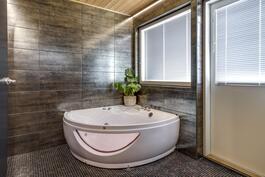 Kylpyhuoneesta löytyy luksusta