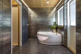 Kylpyhuoneeseen on valittu kauniit kaakelit