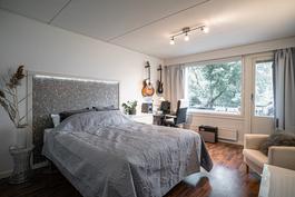 Tilava makuuhuone, josta käynti parvekkeelle