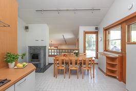 Keittiössä tunnelmaa ja lämpöä varaavasta takasta.