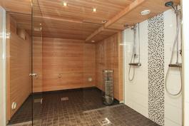 Kylpyhuone ja sauna remontoitu 2019.