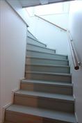Takkahuoneesta portaat yläkertaan