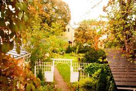 Näkymä pihalle-utsikt mot gården