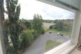 Ikkunanäkymät, taustalla vanha urheilukenttä