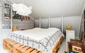 Kodin päämakuuhuone on tilava ja tästä on mahdollista jakaa 2 erillistä huonetta.