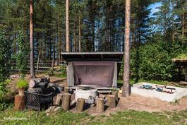 Pihalla on myös oma laavu ja nuotiopaikka sekä