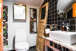 Yläkerran erillinen wc.