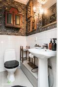 Alakerran erillinen wc on kodin tyylille uskollinen ja upea!