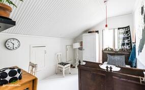 Yläkerrassa on kauttaaltaan valkoiseksi maalattu paneelikatto.
