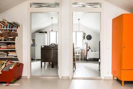 Yläkerrassa on kaiken kaikkiaan kolme erillistä makuuhuonetta.