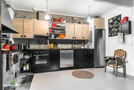 Ihastuttavassa keittiössä on yhdistetty uutta ja vanhaa, aito puuhella sekä leivinuuni sekä kaverinaan induktioliesi ja kiertoilmauuni.