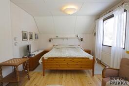 Makuuhuone muutettavissa kahdeksi eri huoneeksi,